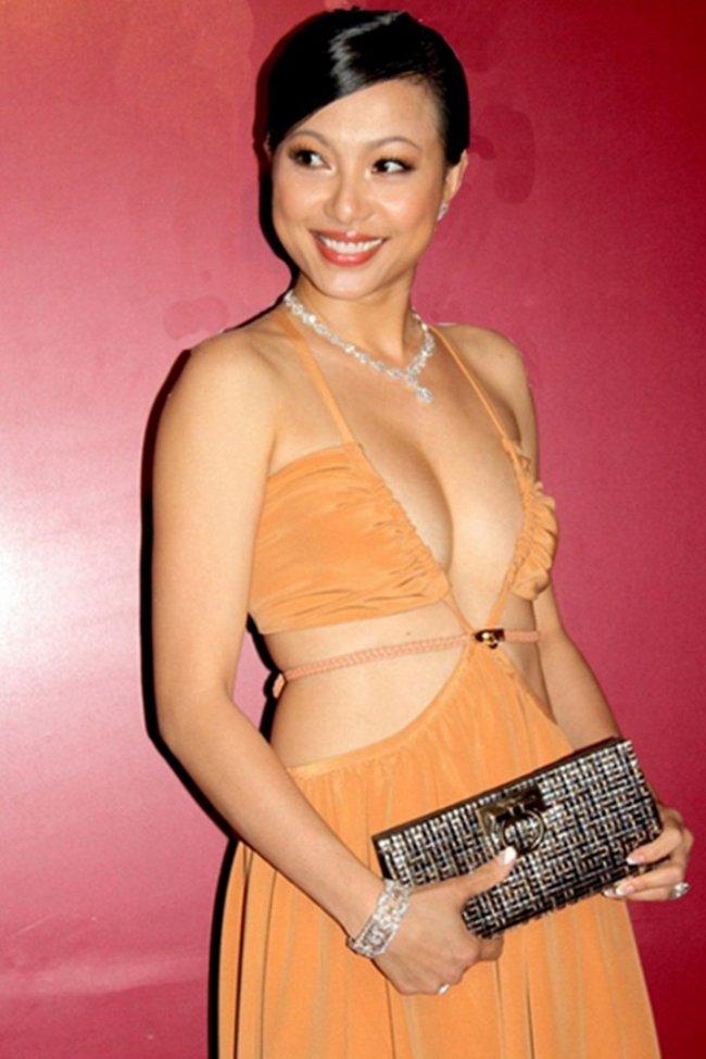 """Ngô Mỹ Uyên được biết đến với danh hiệu """"Hoa hậu Điện ảnh 1994"""" cùng nhiều danh hiệu khác như """"Hoa hậu thời trang quốc tế Ai Cập"""" và thành tích cao nhất tại cuộc thi """"Tìm kiếm người mẫu thời trang""""..."""