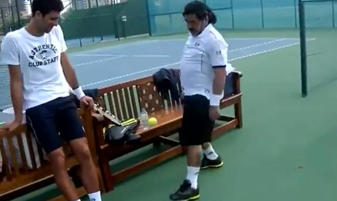 """Maradona làm """"ảo thuật"""" với trái bóng tennis khiến Djokovic nể phục - 1"""