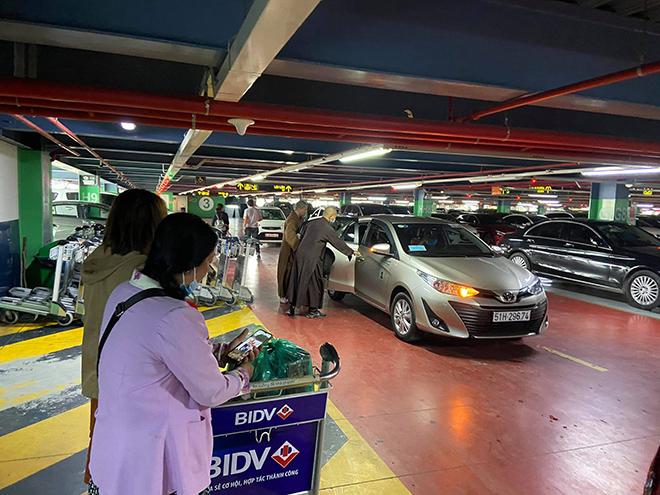 """Đợi """"dài cổ"""" đi thang máy sân bay Tân Sơn Nhất, khách mang """"núi"""" hành lý ra đường đón xe - 1"""