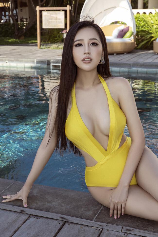 Theo đuổi hình ảnh sexy, nóng bỏng, Hoa hậu Việt Nam 2006 nhiều lần trở thành tâm điểm bàn tánkhi diện những bộ trang phục gợi cảm khoe vóc dáng thon gọn, bốc lửa của mình.