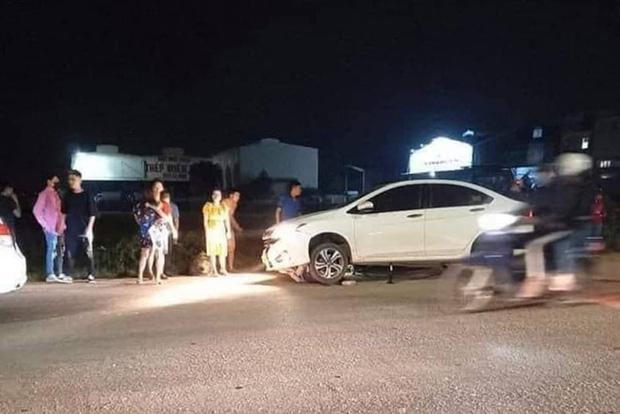 Hà Nội: 2 cô gái trẻ nguy kịch sau khi liên tiếp bị 2 ô tô tông trúng rồi kéo lê hàng trăm mét - 1