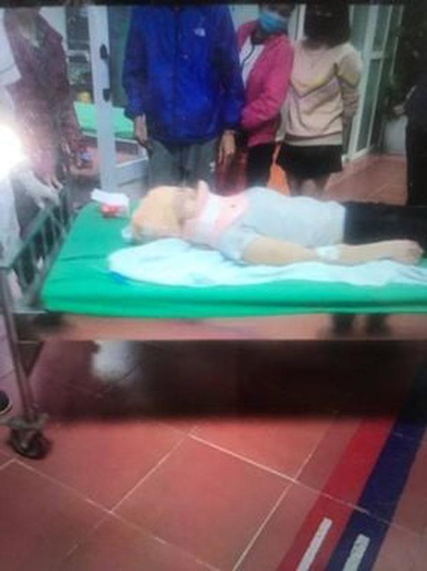 Hà Nội: 2 cô gái trẻ nguy kịch sau khi liên tiếp bị 2 ô tô tông trúng rồi kéo lê hàng trăm mét - 2