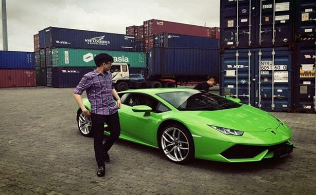 Trong đó không thể không kể tới siêu xe Lamborghini Huracan màu xanh cốm được đồn đoán khoảng 16 tỷ đồng. Đây là món quà sinh nhật mà Phan Thành tặng cho em trai Phan Hoàng.