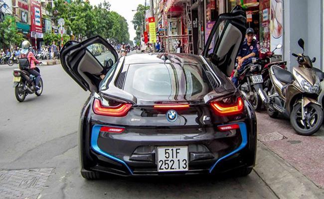 Trong khi đó, một motor điện sẽ truyền sức mạnh đến cầu trước. Khi kết hợp với nhau, chúng sẽ sản sinh công suất tối đa 362 mã lực, cho phép BMW i8 tăng tốc 0 lên 100 km/h trong 4,4 giây và đạt vận tốc tối đa 250km/h.