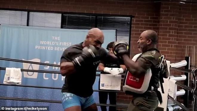 """Mike Tyson chuẩn bị """"tái xuất giang hồ"""", lỡ đấm gãy răng bạn tập - 1"""