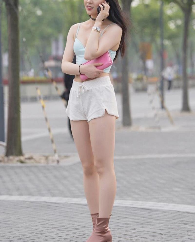 """Người đẹp đường phố gây chú ý vì diện thoáng với loại quần khiến phụ huynh """"gai mắt"""" - 1"""