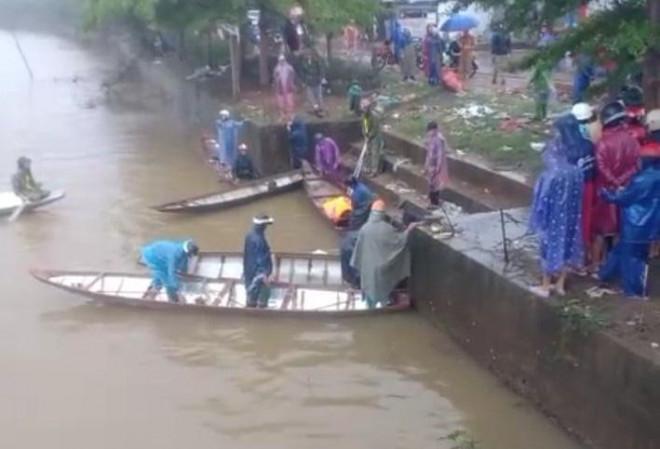 Chạy xe máy lao xuống sông, 1 thanh niên tử vong - 1