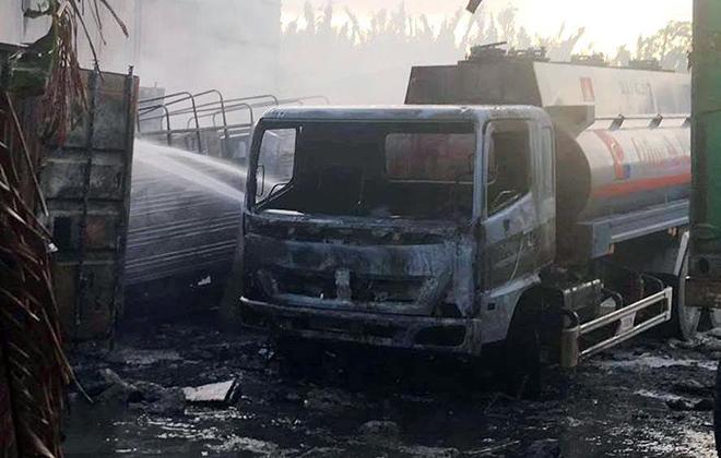 Bãi xe và gara ở Sài Gòn bốc cháy dữ dội, nhiều ô tô bị thiêu rụi - 3