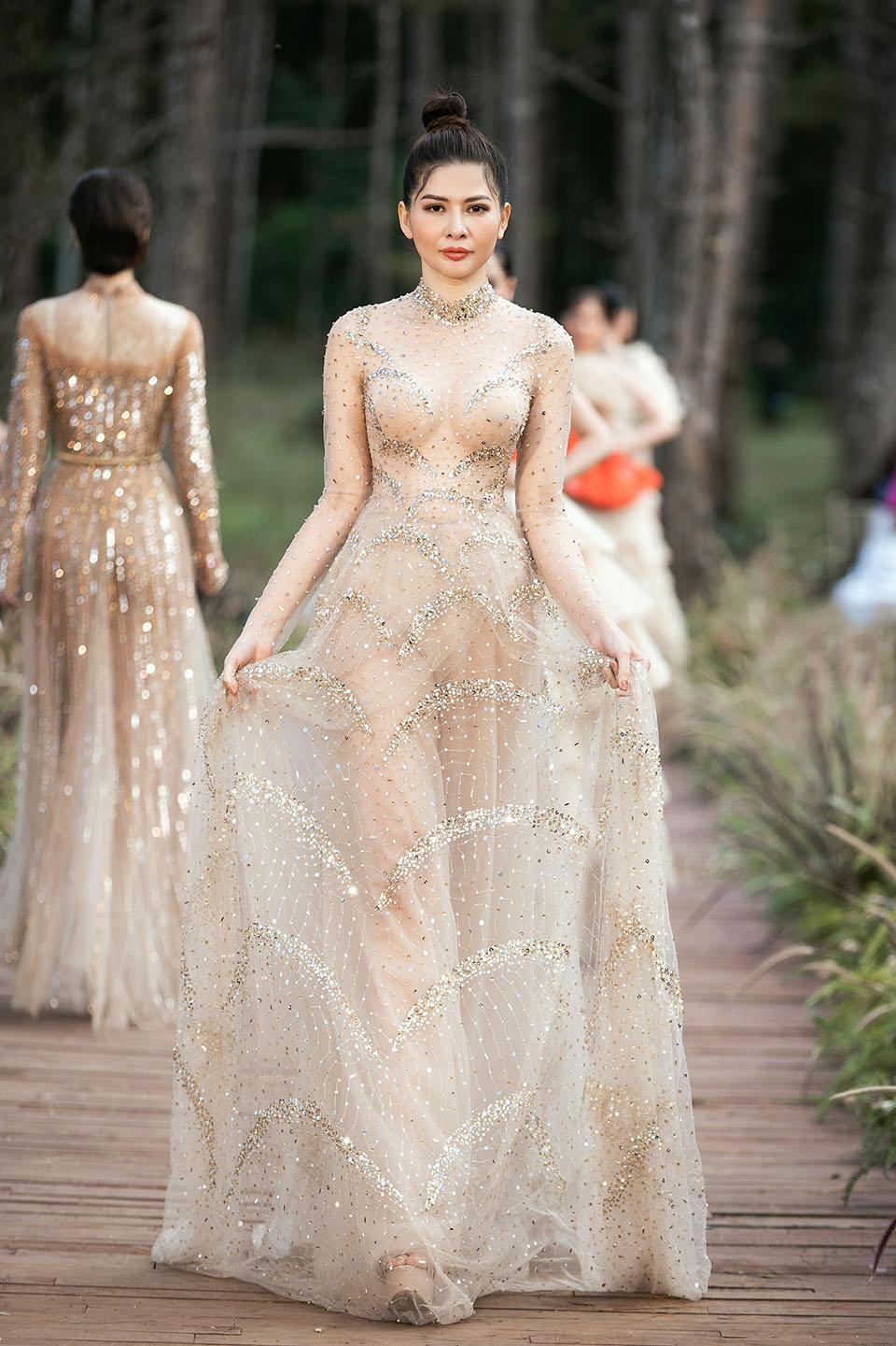 Hoàng Thuỳ làm vedette cho Lý Quí Khánh trong show diễn giữa rừng - 8