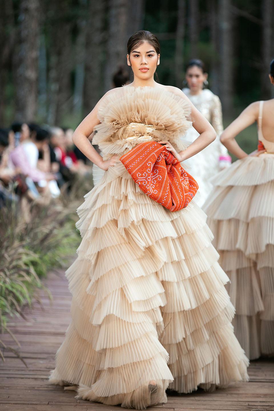 Hoàng Thuỳ làm vedette cho Lý Quí Khánh trong show diễn giữa rừng - 10