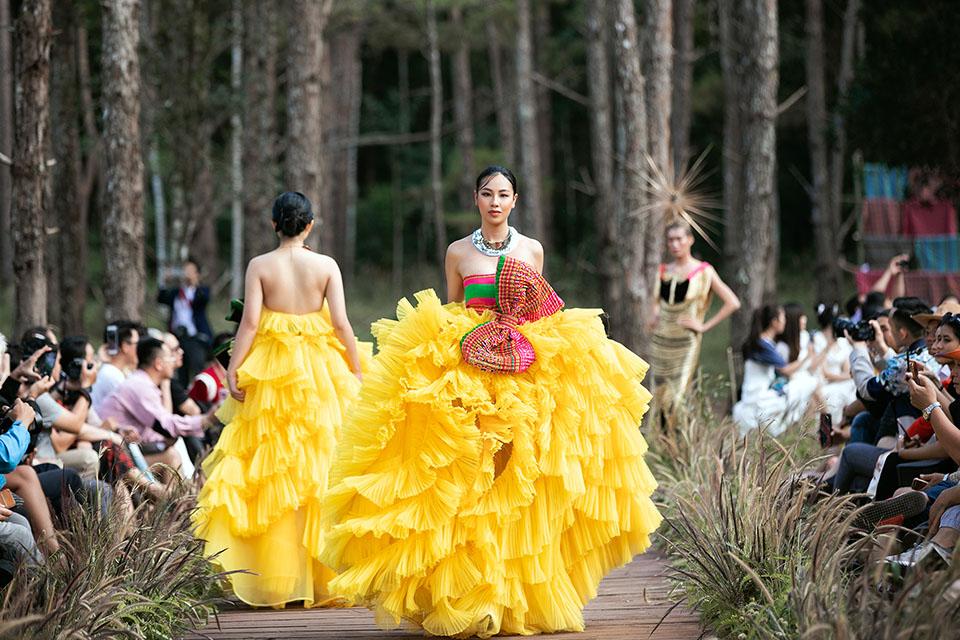 Hoàng Thuỳ làm vedette cho Lý Quí Khánh trong show diễn giữa rừng - 11
