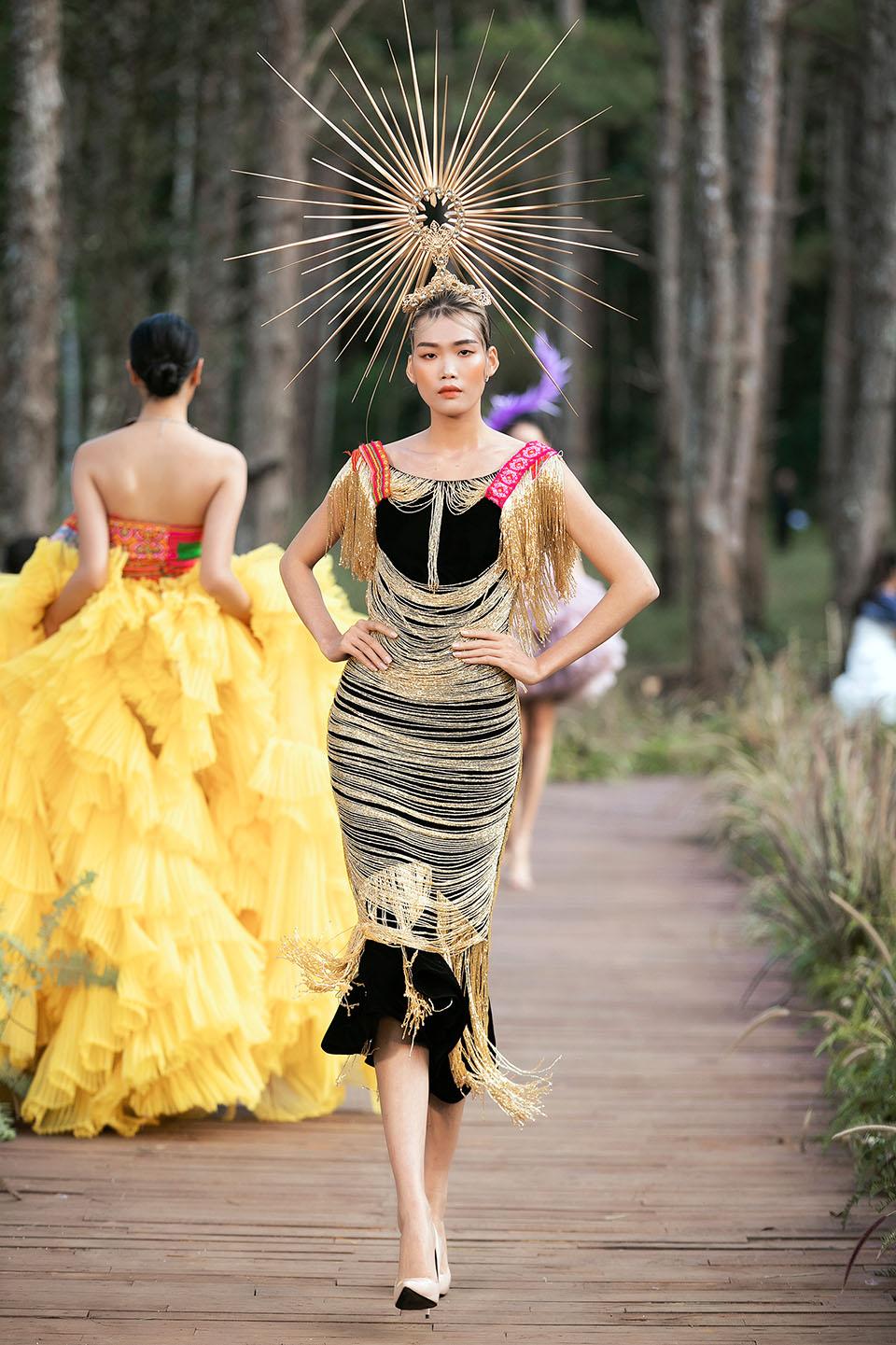 Hoàng Thuỳ làm vedette cho Lý Quí Khánh trong show diễn giữa rừng - 12