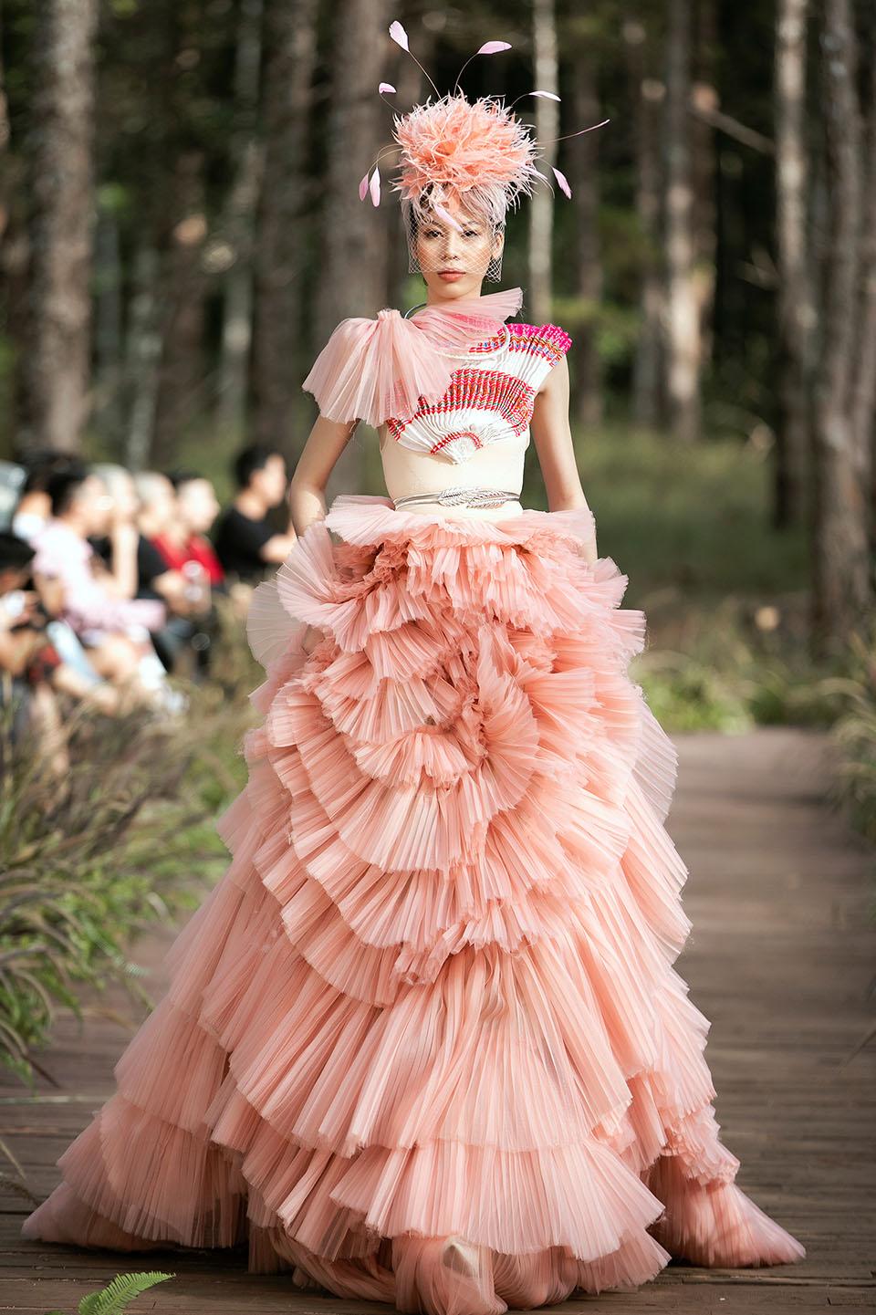 Hoàng Thuỳ làm vedette cho Lý Quí Khánh trong show diễn giữa rừng - 14