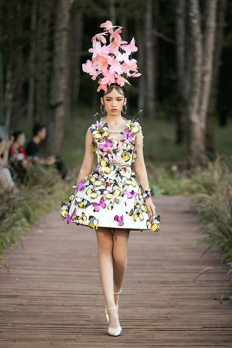 Hoàng Thuỳ làm vedette cho Lý Quí Khánh trong show diễn giữa rừng - 15