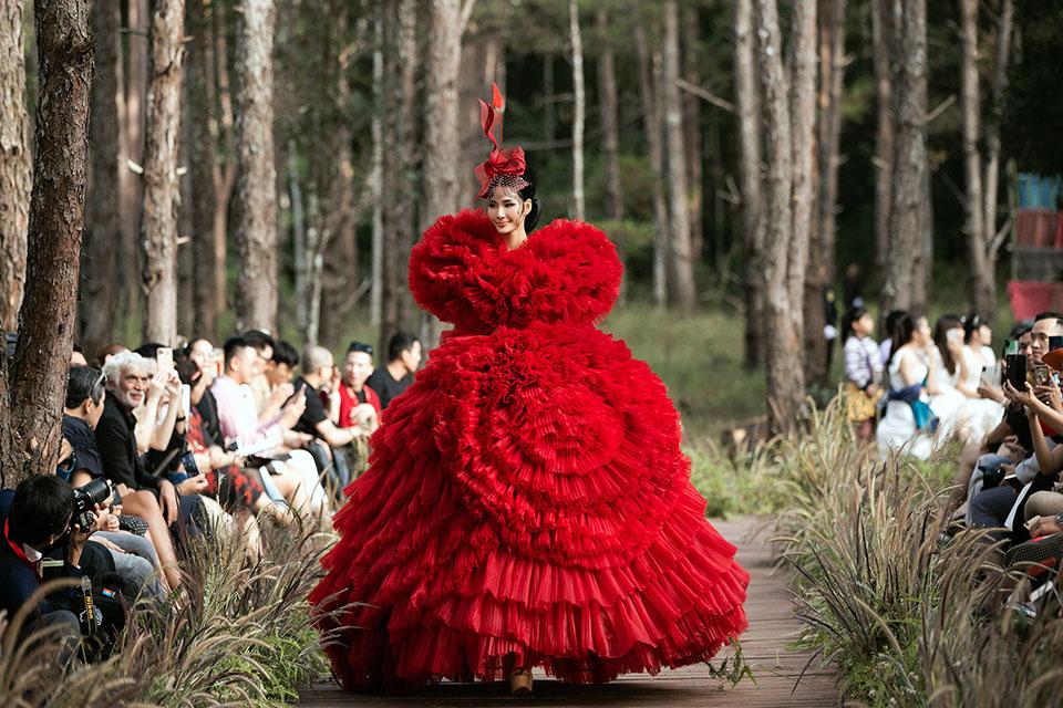 Hoàng Thuỳ làm vedette cho Lý Quí Khánh trong show diễn giữa rừng - 1