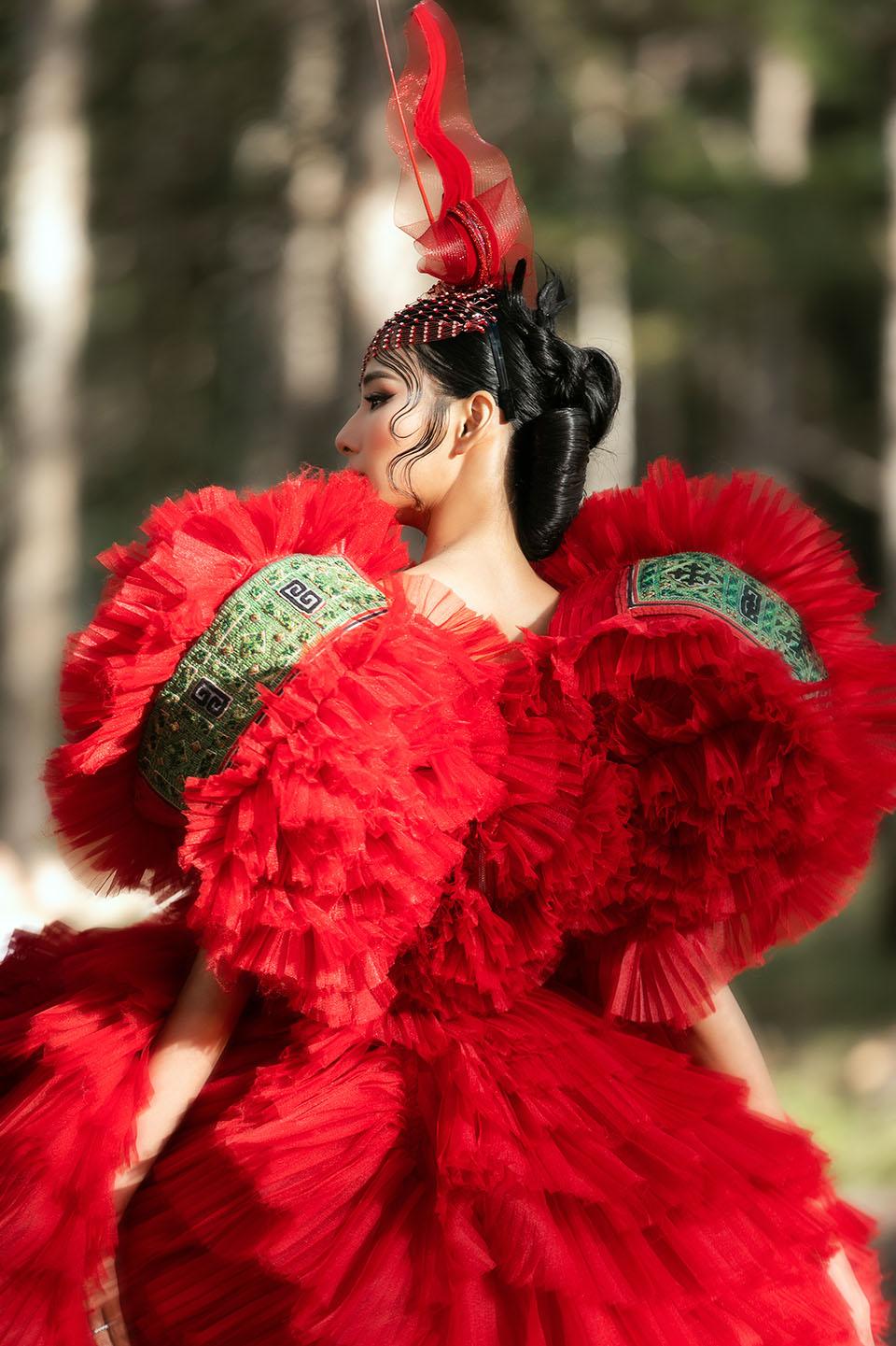 Hoàng Thuỳ làm vedette cho Lý Quí Khánh trong show diễn giữa rừng - 3