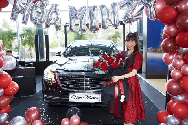 Cách đây vài ngày, Hòa Minzy gây chú ý khi khoe ảnh tạo dáng bên chiếc xế hộp mới tậu. Được biết, xe hơi của nữ ca sĩ 25 tuổi đến từ thương hiệu Mercedes có giá gần 5 tỷ đồng.