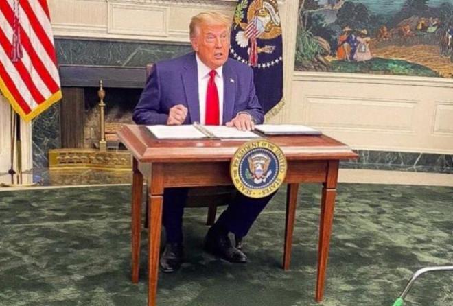 Ông Trump bị cười nhạo vì dùng chiếc bàn tí hon - 1