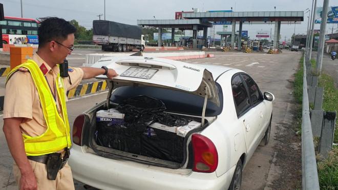 Tài xế bỏ xe giữa đường chạy trốn, CSGT phát hiện hàng cấm số lượng khủng - 1