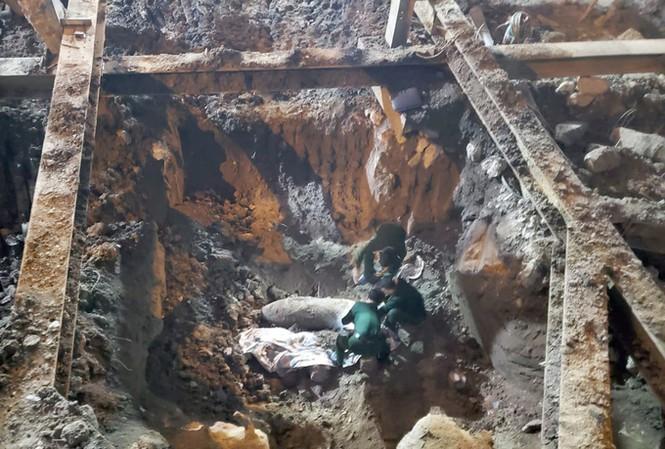 Lực lượng chức năng phá gỡ quả bom 340 kg ở phố Cửa Bắc trong đêm - 1