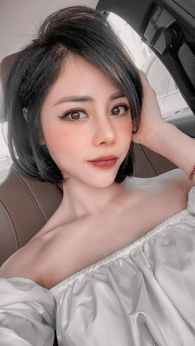 Kiểu tóc ngắn giúp cô duy trì vẻ đẹp trẻ trung, tươi xinh.