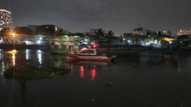 Cự cãi trong lúc ăn tối, 2 vợ chồng nhảy sông Sài Gòn - 1