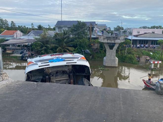 Tiền Giang: Sập cầu, xe tải chở 15 tấn lúa rơi xuống sông - 1