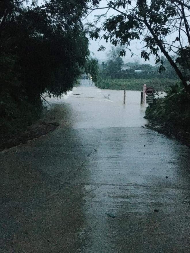 Quảng Nam mưa lớn, Quốc lộ 40B bị chia cắt, thủy điện đang xả lũ - 1