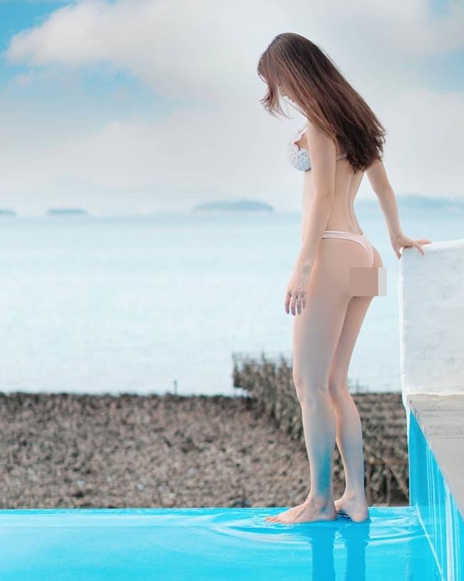 """Trên Instagram có hơn 200 nghìn người theo dõi, Honey Hani cho thấy phong cách thời trang thiên về hơi hướng gợi cảm với nhưng bộ áo tắm """"toang tứ bề""""."""