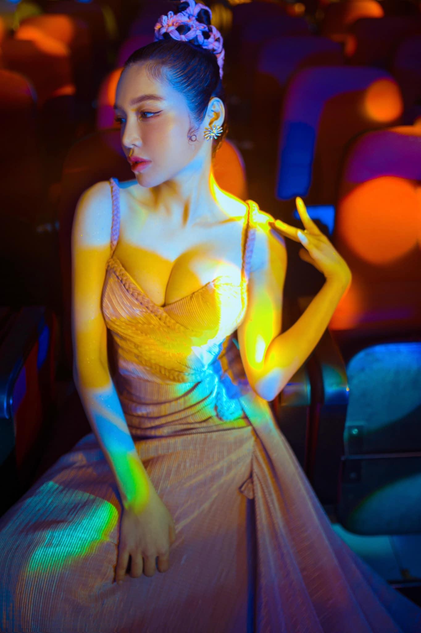 Elly Trần lấn át toàn bộ dàn khách mời với váy cúp ngực gây thót tim tôn vòng 1 đầy - 4