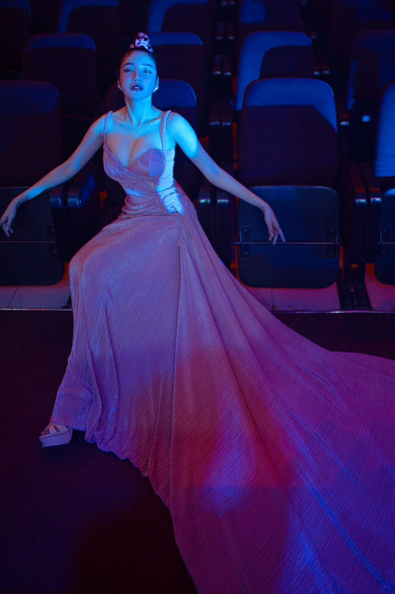 Elly Trần lấn át toàn bộ dàn khách mời với váy cúp ngực gây thót tim tôn vòng 1 đầy - 2
