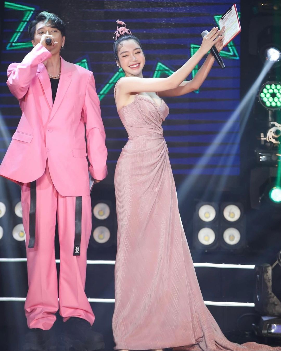 Elly Trần lấn át toàn bộ dàn khách mời với váy cúp ngực gây thót tim tôn vòng 1 đầy - 7