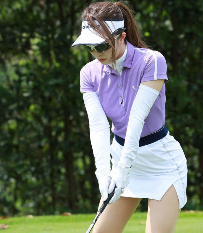MC Mai Ngọc mê diện váy siêu ngắn, gây thót tim vì tưởng gặp sự cố trên sân golf - 8