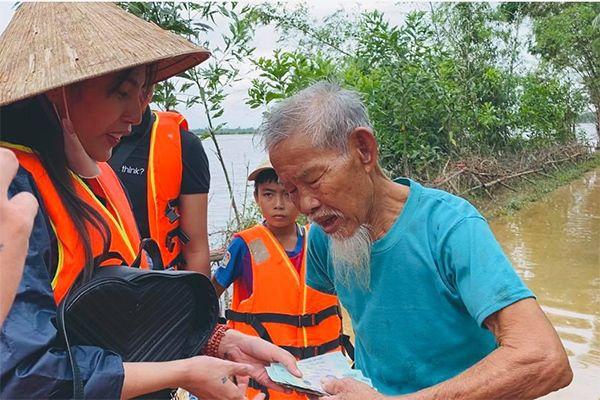 Thủy Tiên bị antifan tấn công, lo sợ mất cả sự nghiệp khi cầm tiền từ thiện 177 tỷ - 1