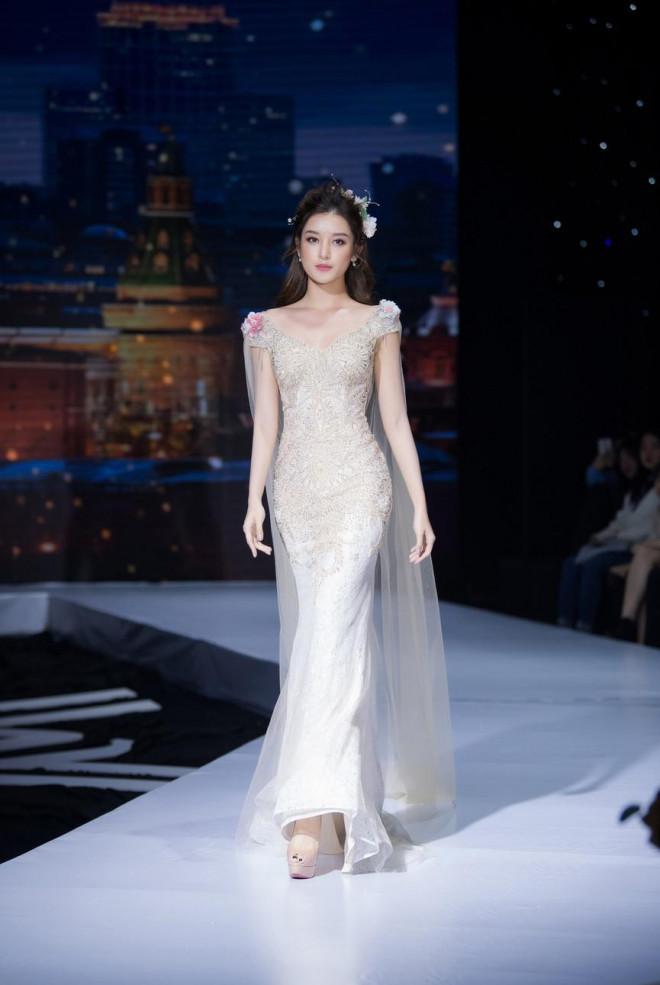 Tái xuất sàn catwalk, Á hậu Huyền My gây thương nhớ với váy công chúa gợi cảm - 9