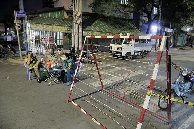 Phong tỏa nhiều căn nhà ở Sài Gòn vì có người nhiễm COVID-19 - 1
