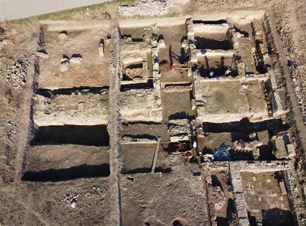 Đào ruộng bắp, phát hiện pháo đài châu báu 2.000 tuổi - 1