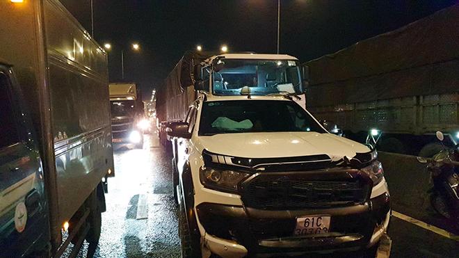 8 ô tô tông nhau trên cầu An Sương, tài xế phá cửa xe giải cứu đồng nghiệp - 1
