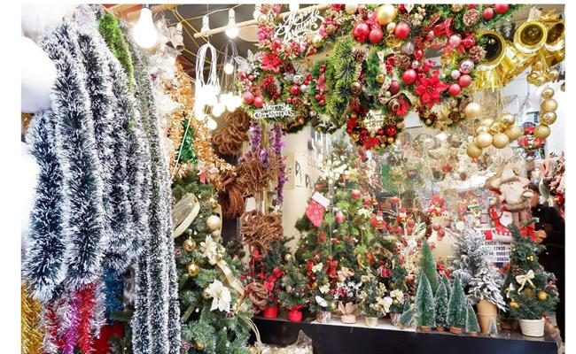 Dạo quanh 2 phố bán đồ Giáng sinh hot nhất 2 miền: Nơi nào đáng để mua sắm hơn? - 1