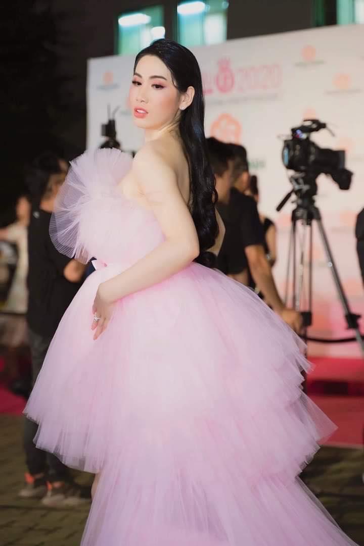 Hoa hậu diện váy 1,2 tỷ gây chú ý trên thảm đỏ là ai? - 1