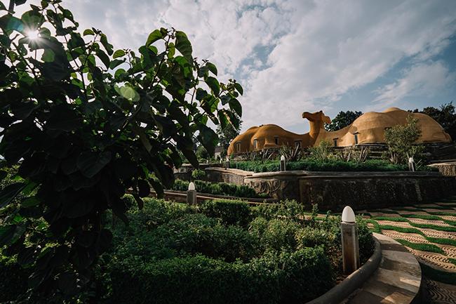 Addis Ababa, Ethiopia:Quốc gia này đãra mắt thị thực điện tử vào cuối năm 2017giúp việc tham quan dễ dàng hơn, đã thúc đẩy du lịch tăng 48,6%. Du khách đổ xô đến đây để thăm 9 Di sản Thế giới được UNESCO công nhận của Ethiopia, khu phức hợp bảo tàng đa diệnUnity Park vànhà ga không tiếp xúc đầu tiên trên thế giới tại Sân bay Quốc tế Bole, được thiết kế với mục tiêu hướng tới an toàn sinh học và khám phá di sản Hồi giáo.