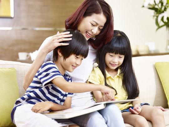 Làm sao để trẻ chịu đọc sách mà cai điện thoại? - 1
