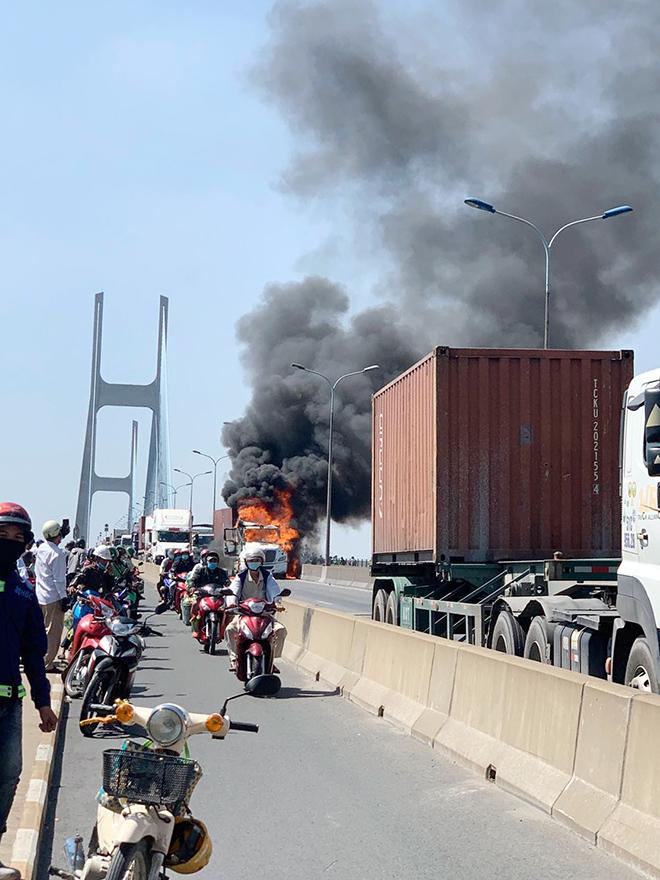 TP.HCM: Kẹt xe khủng khiếp qua hiện trường xe container bốc cháy trên cầu Phú Mỹ - 1