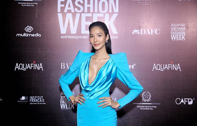 Hoa hậu Tiểu Vy và dàn mỹ nhân đọ vẻ gợi cảm trên thảm đỏ - 1