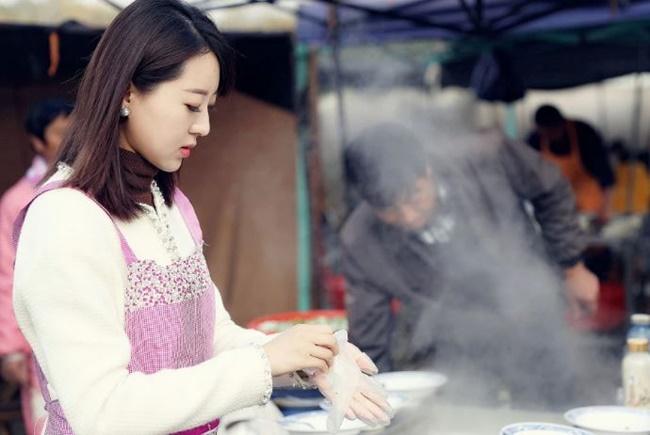 Tại một khu chợ nhỏ, có một quầy hàng bán súp dê nổi tiếng. Quán chỉ có vài cái bàn nhỏ và vài ghế, nồi súpdê bốc khói, sôi sùng sục. Quán tuy nhỏ nhưng chủ quán luôn bận rộn.