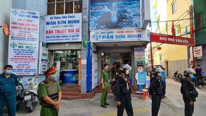 Vì sao lực lượng công an bất ngờ khám xét 2 tiệm thuốc lớn ở Đồng Nai? - 1