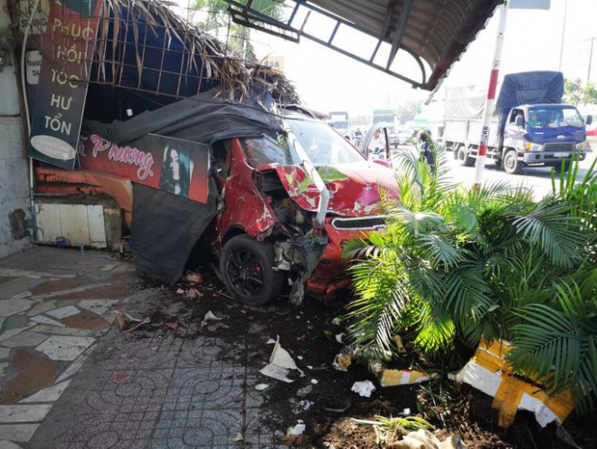 The car hit a series of motorcycles, crashing the cafeteria along the way - 5