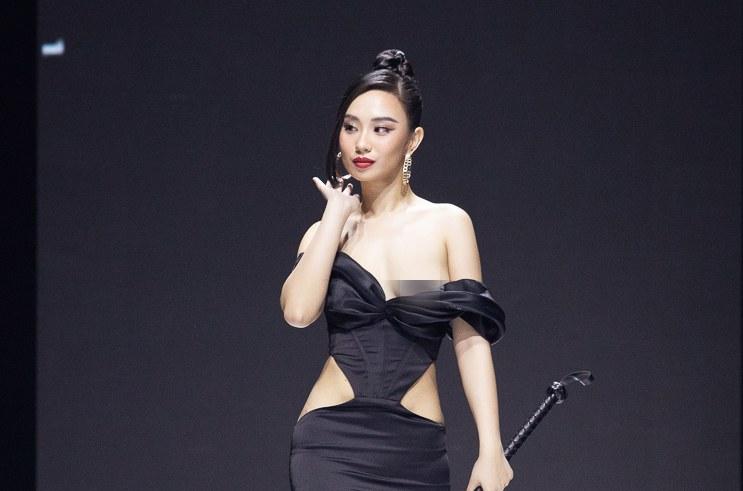 Hoa hậu Hà thành gặp sự cố trên sàn diễn thời trang không hề hay biết - 1