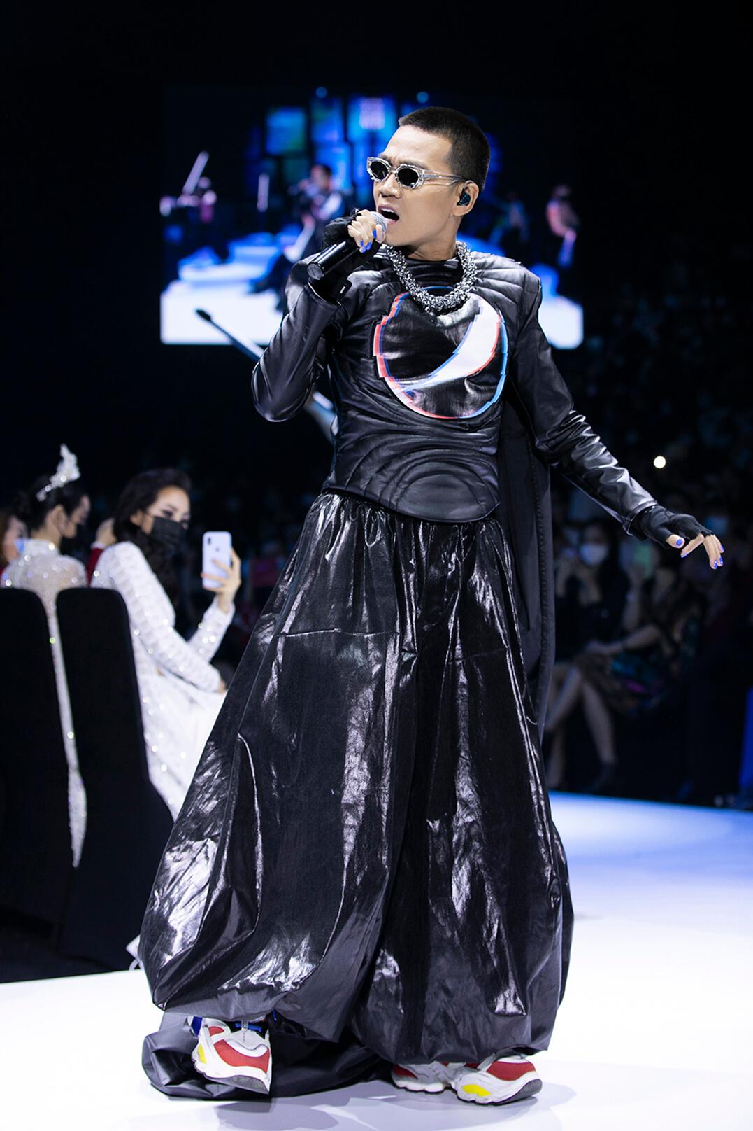 """Wowy hóa thành Mario dắt tay công chúa """"quẩy banh nóc"""" sân khấu thời trang Việt - 1"""
