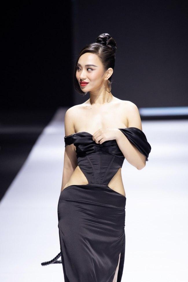 Mới đây, hoa hậu Hương Trà gặp sự cố lộ vòng ngực nghiêm trọng trên sàn diễn thời trang, trước hàng trăm nghìn khách mời.
